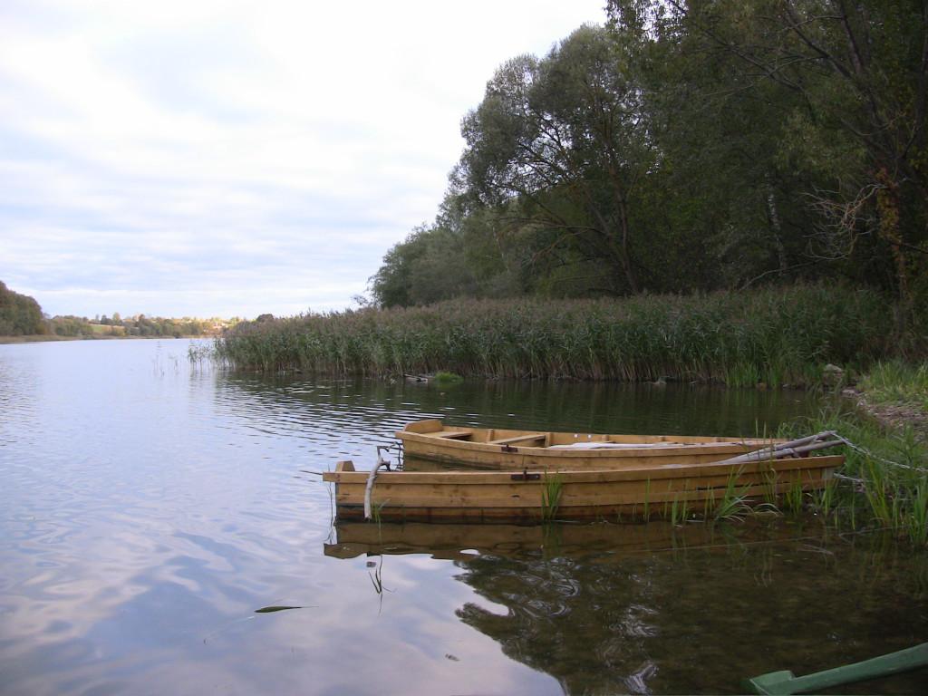 Озеро Липно. Берег, лодки. Солнечный угол.